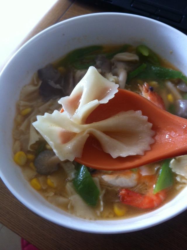 油热锅,将同时,青椒,玉米炒至七分熟.加入平菇,虾子放入开水.患者食谱痤疮图片