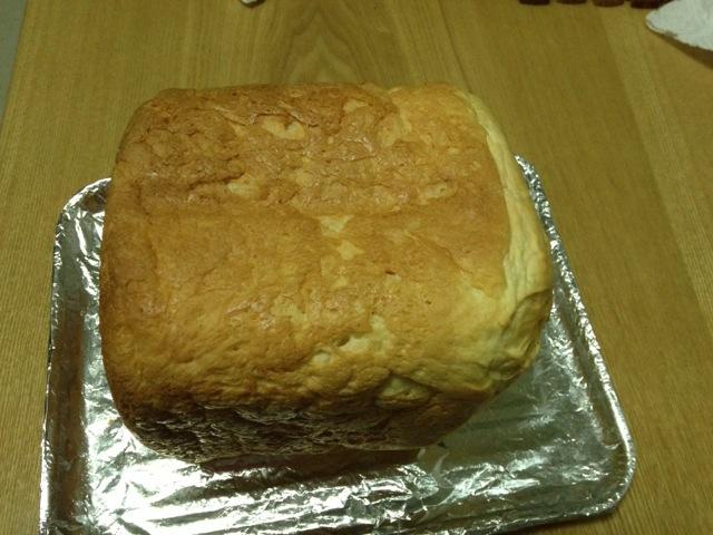 1. 将1个鸡蛋打入面包桶,加130毫升牛奶,加1勺橄榄油,在面包桶一角放3勺白糖,在另一角放三分之一小勺盐,加2杯面粉,弄个小坑放2小勺安琪酵母(这个可不放,香海面包粉中已有酵母),启动面包机1档一普通面包,颜色浅,重量750g,时间自动设定2小时50分钟。中间发现有点稀软,又及时加了半杯面粉!