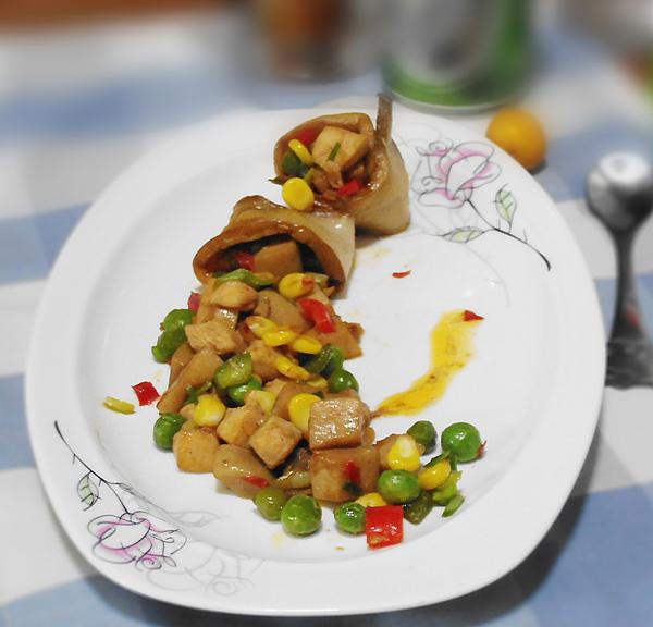 杏鲍菇咖喱炒饭 圣诞树版土豆泥 圆白菜炒西红柿 烤鸡翅 韭菜炒蛋
