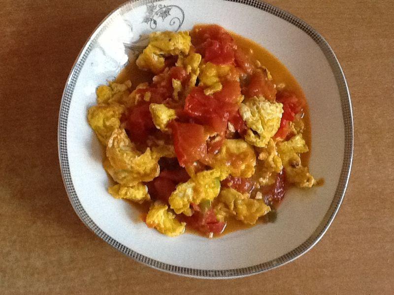 姜2克 葱2克 盐少许 味精少许 香油淋几滴 西红柿炒鸡蛋的做法步骤 1