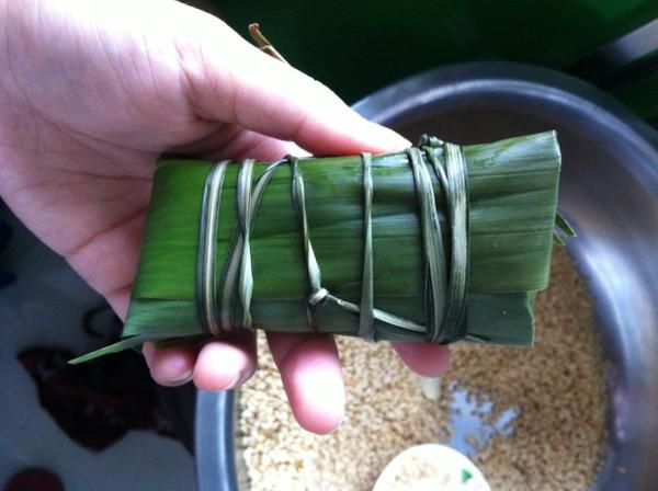 主料 糯米 肉 豆 辅料 粽子叶 绳子 酒 盐 味精 酱油 步骤