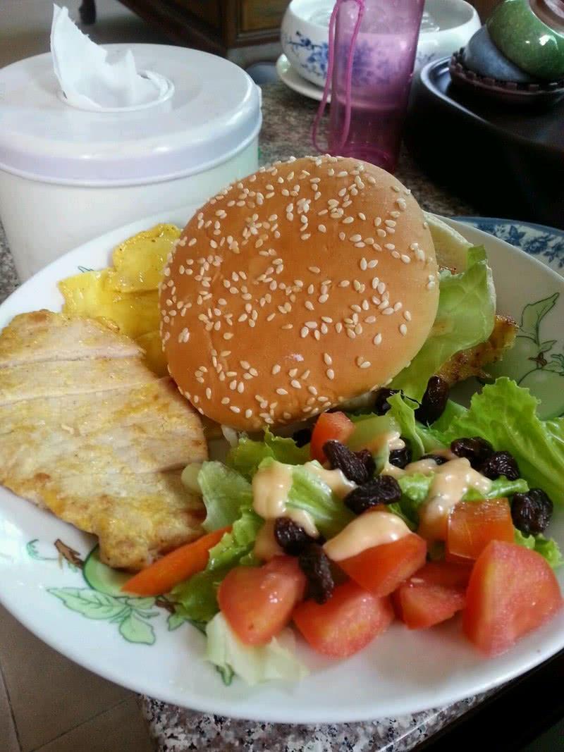 千岛酱小许 盐小许 生抽小许 胡椒粉小许 汉堡 沙拉的做法步骤 1.