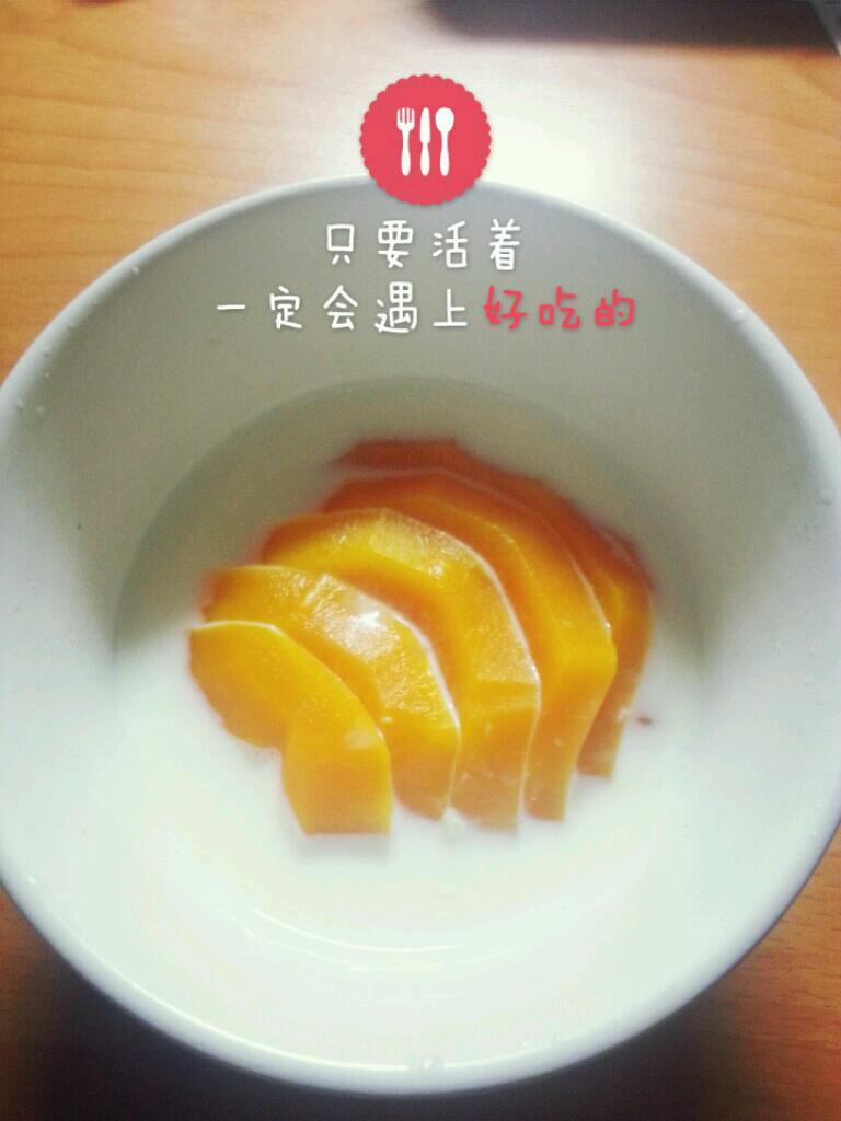 导读:蜂蜜牛奶做法【木瓜炖牛奶,木瓜牛奶的做法】材 料:木瓜半个,蛋黄1个,蜂蜜1大匙,牛奶200ml,柠檬半个。 做 法:木瓜切成块,连同牛奶、蛋黄一起打成汁,再加入柠檬汁及蜂蜜, 以使果汁更入口。本品若加上一点威士忌酒,味道更好。可作为正餐饮用。木瓜炖牛奶:木瓜含有丰富的木瓜酶,维生素、钙、磷及多种矿物质,具有抗衰老美容、养颜、平肝和胃,舒筋活洛的功效,夏天可以先冻一下再吃。详细做法: @520米