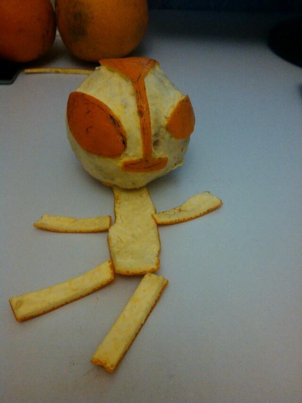 用料 橙子一个 笔一支 水果刀一把 步骤 1.