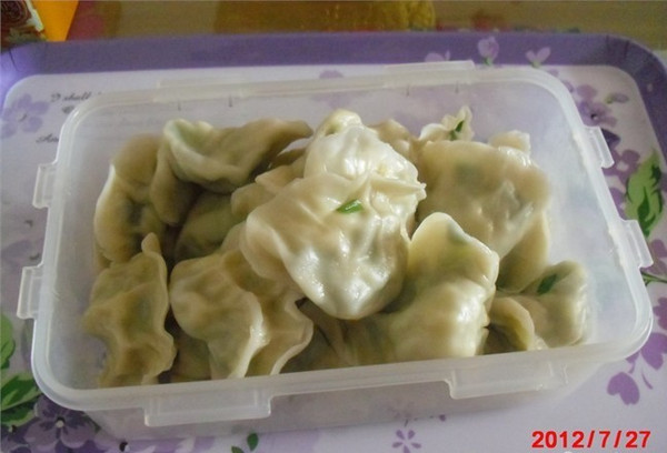 主料 韭菜 面 鸡蛋 木耳 辅料 香油 酱油 盐 步骤      韭菜饺子的