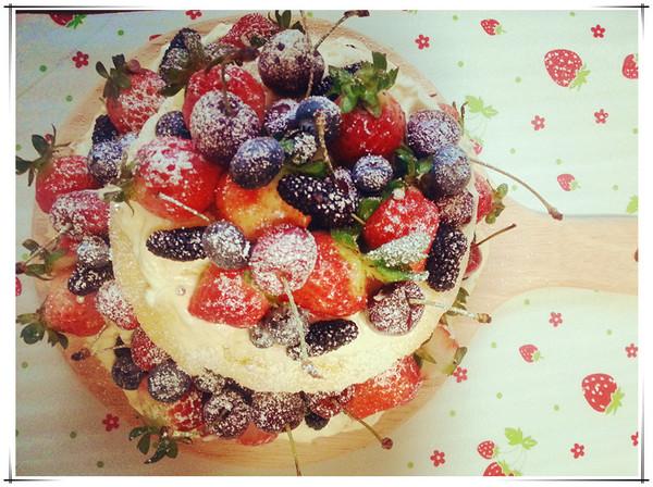 或点缀上水果,或者是插上一个可爱的彩旗蛋糕礼帽