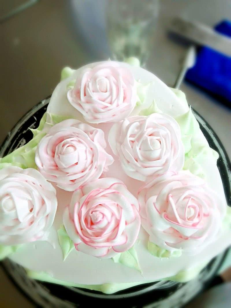 心形玫瑰花簇裱花蛋糕图片