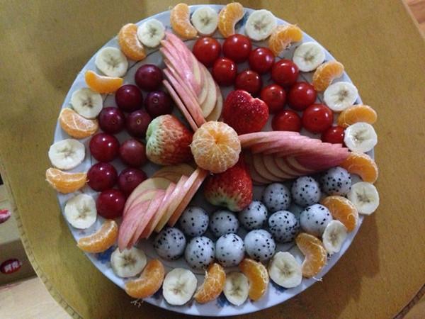 主料 苹果,草莓,火龙果,香蕉,沙糖桔,樱桃番茄,葡萄 步骤      水果