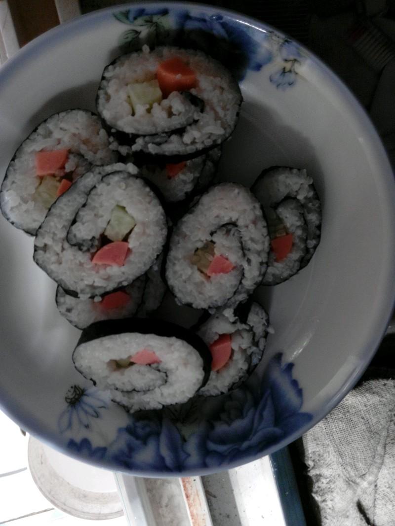 很爱吃寿司,所以就自己学做的