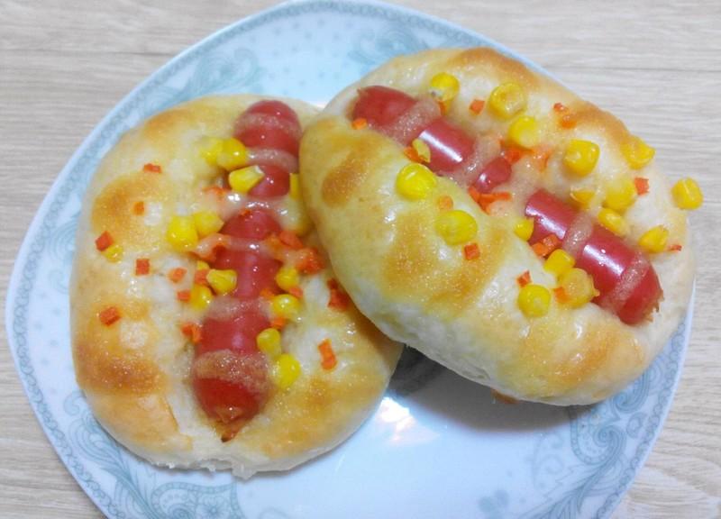 这款面包也是在诺妈的博客上看到的,她的原方是用高粱米饭做的汤种面包。我改成直接发酵的了。诺妈的面包做的都非常漂亮,看到喜欢的就学来做。这个面包做的有两个小遗憾,一是家里没有青豆了,如果有青豆红黄绿的搭配会更漂亮;二是准备撒在香肠上的奶酪丝忘放了。不过整体来说很成功,很好吃。早晨热一下,是营养又健康的早餐。