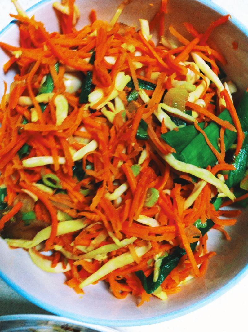 喜欢胡萝卜,喜欢海鲜菇 海鲜菇营养丰富,蛋白质占 14.7%,碳水化合物43.2%,脂肪4.31%,纤维素15.4%;富含 18种氨基酸。海鲜菇味道鲜美,质地脆嫩,营养价值高,是一种低热量、低脂肪的保健食品。
