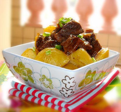 土豆焖牛腩的做法 土豆焖牛腩怎么做好吃 依依美食 家常做法大全