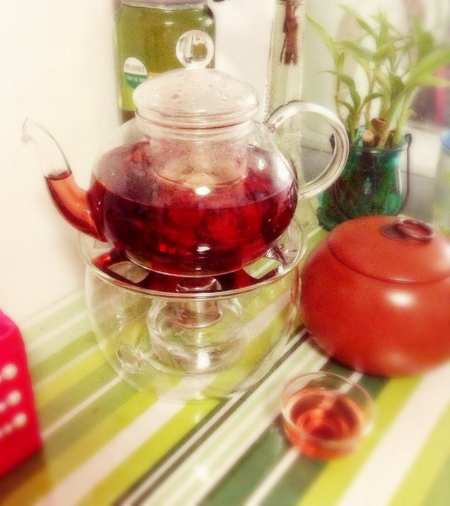 玫瑰花适量 玫瑰茄3-5朵 辅料  冰糖适量 玫瑰花茶的做法步骤 1