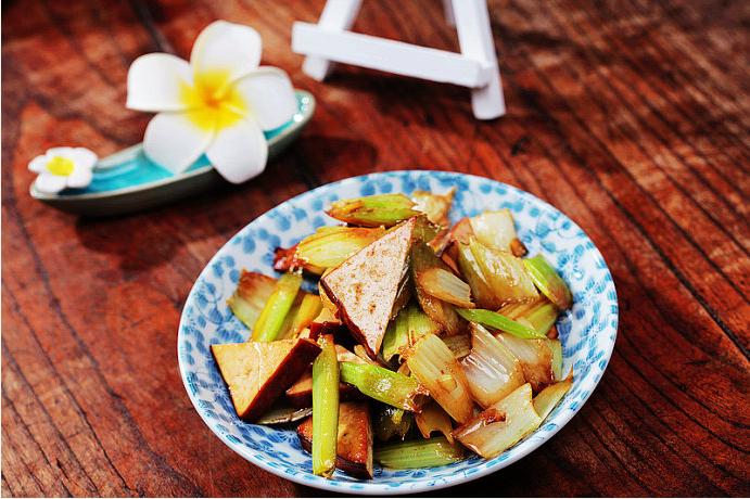 熏干炒芹菜的做法