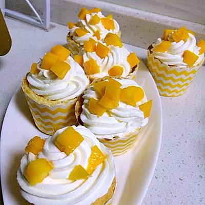 水果淡奶油纸杯蛋糕