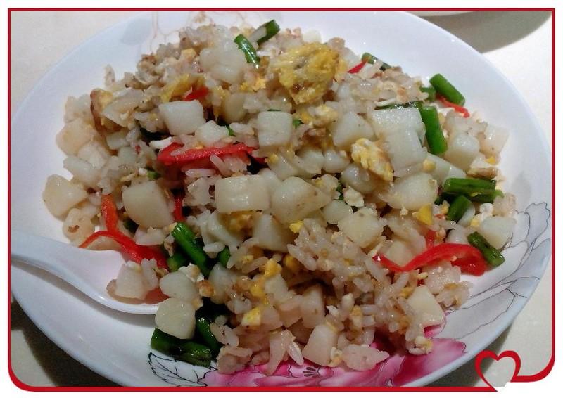 土豆削皮切丁,入锅加水放盐煮至半熟