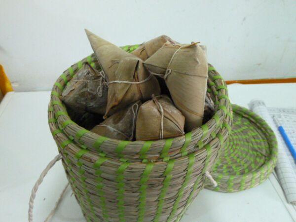 用竹叶包粽子的步骤方法图
