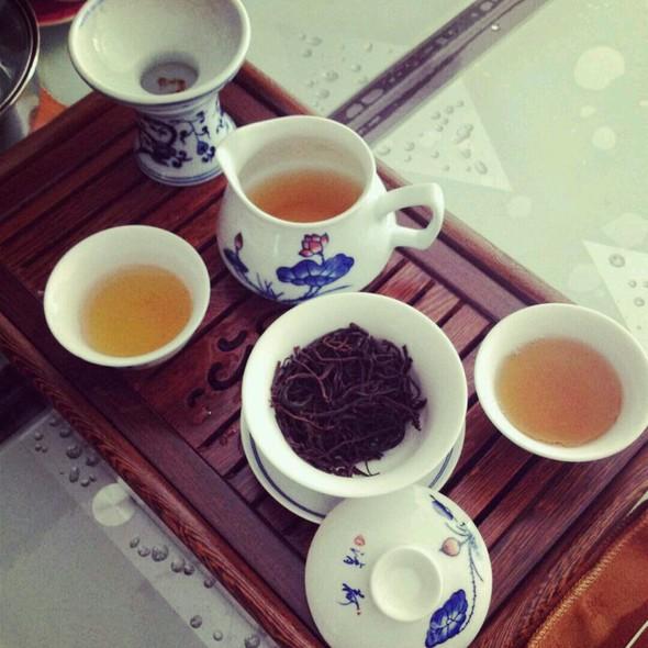 在家喝茶矢量图