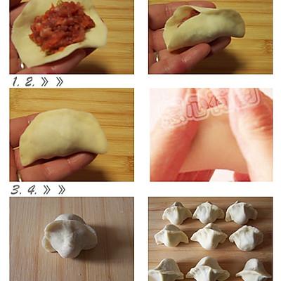 【饺子的包法详解】:左手张开,取一张饺子皮搭在左手除大拇指外的其余