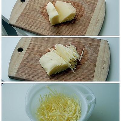 土豆丝的切法:先削去一小块,让土豆有个稳定的立面.